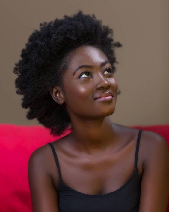 Belle femme noire cheveux afros 4C