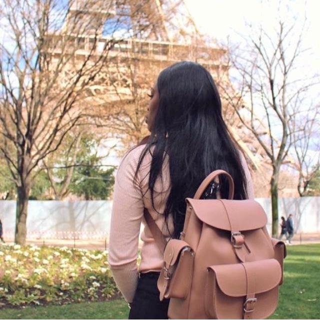 femme noire, paris, sac à dos