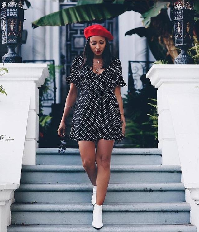 femme noire, béret rouge, robe à pois
