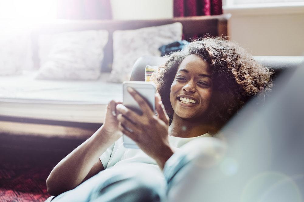 Black woman smartphone développer réseau professionnel networking