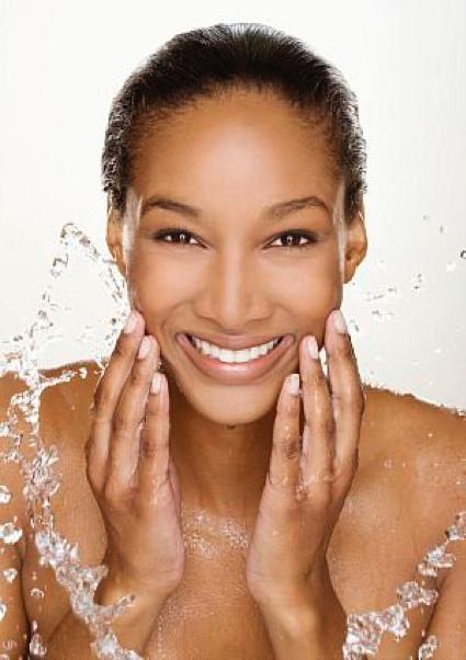 Femme noire nettoyage visage