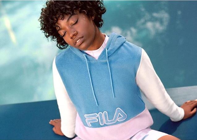 pull à capuche fila, marques des années 90, femme noire