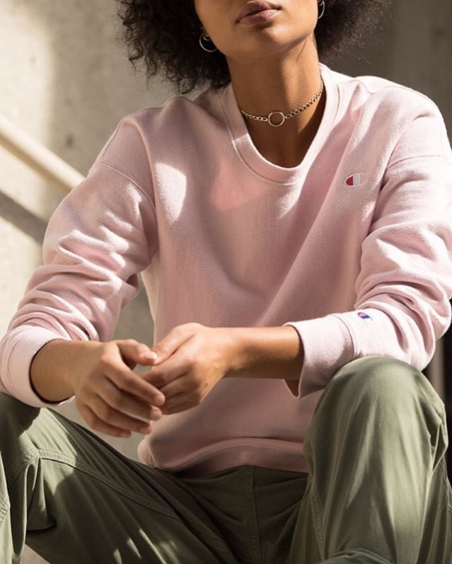 pull rose poudrée champion, marques des années 90, femme noire