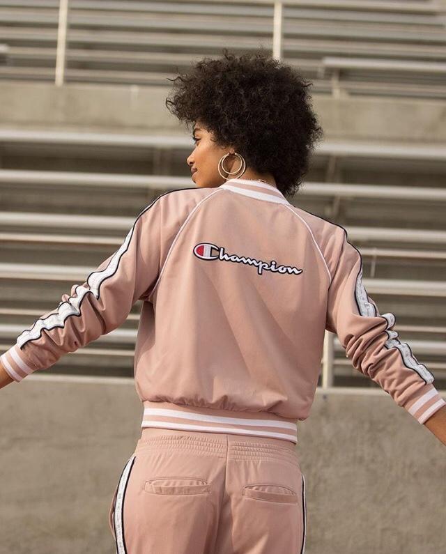 veste rose poudrée champion, marques des années 90, femme noire,