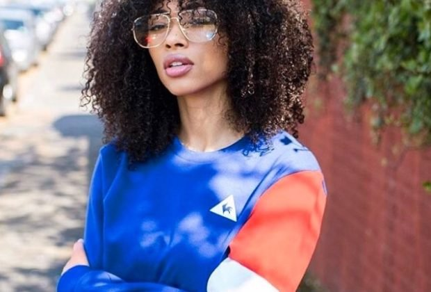 pull bleu, femme noire, le coq sportif