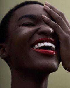 femme noire roouge à lèvre en poudre